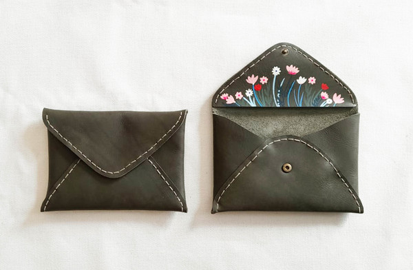 PLEASE NOTE THAT WE HAVE A 7 -14 DAY PRODUCTION LEAD TIME FORALL PRODUCTS, AS THEYARE MADE TO ORDER.    The Secret garden Envelopeis hand stitched and a great size for your small essentials. It is hand crafted usinglocally sourced leatherand has a hidden brasspress stud closure. The surprise painted panel on the inside is painted using specially formulated leather paint that is made to withstand stretching and scratches.  Dimensions:H 14.5cm xW 19cm  Please note thatIlundi products aremade with the finest quality materials available. Any irregularities in the colour or in the grain are normal characteristics of natural leather. Leather items may have wrinkles, scars or scratches, that are an inherent quality and natural beauty of the hide.    SHIPPING:  South African orderssent withDawn Wing, 2-3 working days (over and above the production lead time). International orders sent via DHL. Fees automatically calculated at checkout.All customs fees to be paid by the receiver.