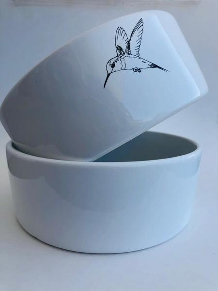 These beautiful salad bowls provide the perfect background for your favourite summer salad.  Available with Hummingbird, Strelitzia or Pincushion design.  Dishwasher and microwave safe.  Dia: 20cm  Depth: 7cm