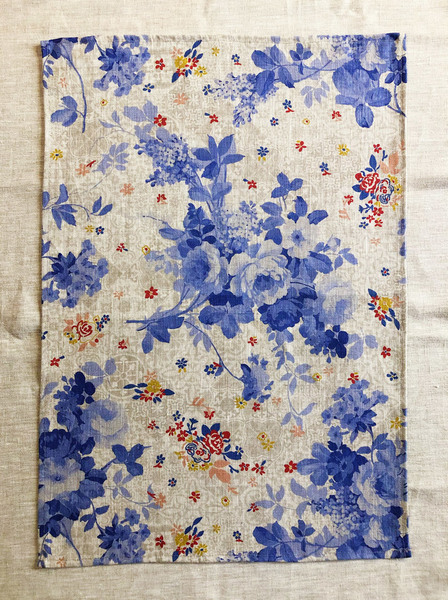 Stylish Delft-inspired floral linen cloth, exclusively designed and printed for Lapoplap.Use this beautifulcloth as a tea or guest towel, oversized napkin, placemat, kitchen towel, tray cloth or simply as a beautiful display piece.  Material type: Belgian Linen 65x45 cm   Designed & printed in South Africa.  Delivery:  Courier delivery in Cape Town within 5 business days: R50 per order Courier delivery to the rest ofSouth Africa within 5-10 business days: R65 per order